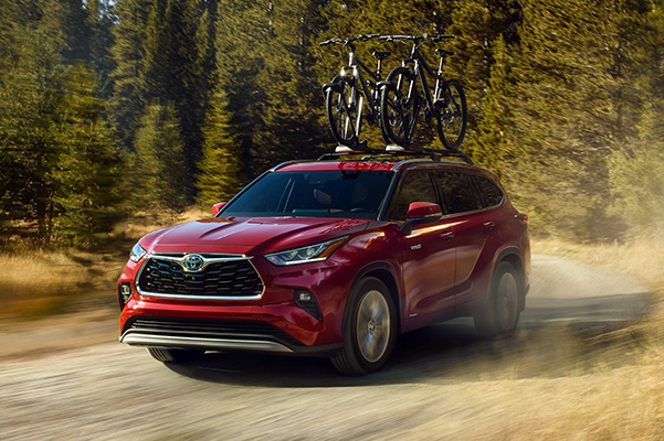 2020 Toyota Highlander on dirt trail