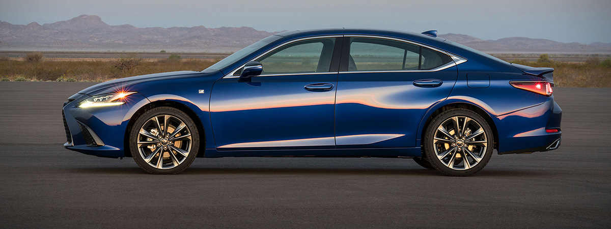 2019 Lexus ES side view